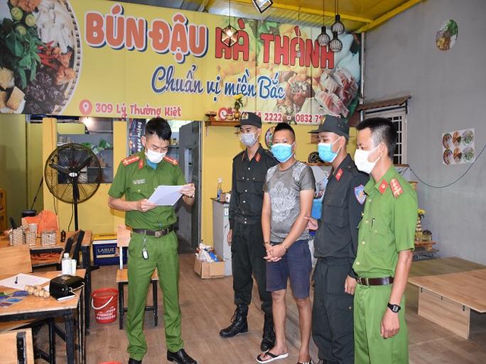 Công an Quảng Nam bắt giữ 3 kẻ cho vay nặng lãi, xăm trổ đầy người - Ảnh 1.