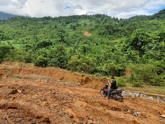 Hai chị em người Vân Kiều lên núi dựng lều, bắt sóng 3G học online - Ảnh 7.
