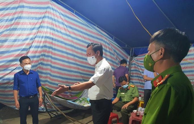 Quảng Bình: Bí thư huyện vi hành kiểm tra các chốt kiểm dịch lúc 1 giờ sáng - Ảnh 1.