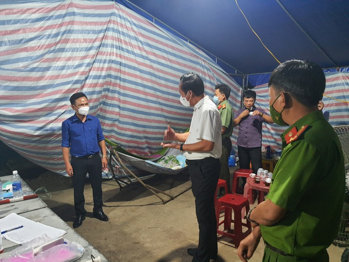 Quảng Bình: Bí thư huyện vi hành kiểm tra các chốt kiểm dịch lúc 1 giờ sáng - Ảnh 3.