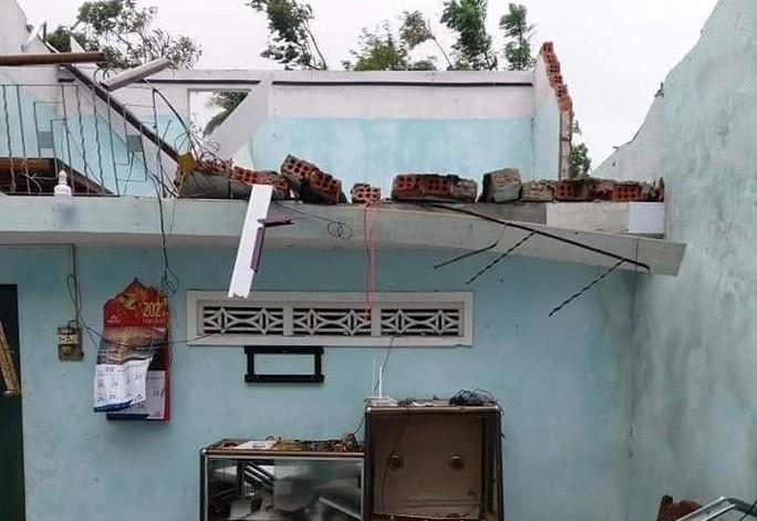 Bão số 6 gây mưa lớn ở miền Trung, nhiều nhà dân bị tốc mái do lốc xoáy - Ảnh 2.