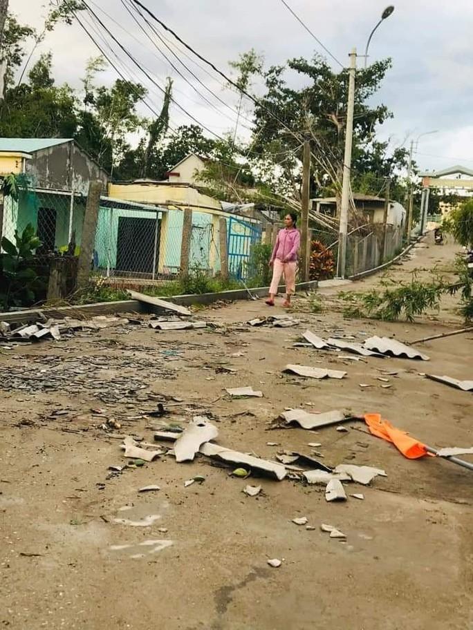 Bão số 6 gây mưa lớn ở miền Trung, nhiều nhà dân bị tốc mái do lốc xoáy - Ảnh 4.