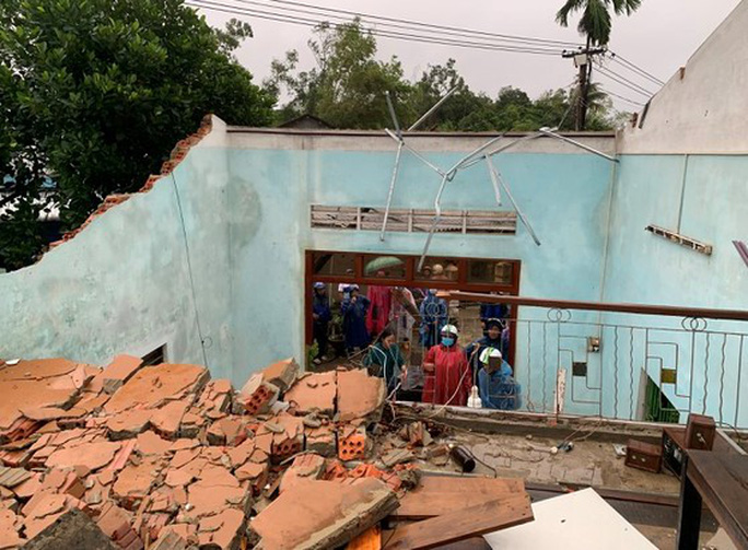 Bão số 6 gây mưa lớn ở miền Trung, nhiều nhà dân bị tốc mái do lốc xoáy - Ảnh 3.