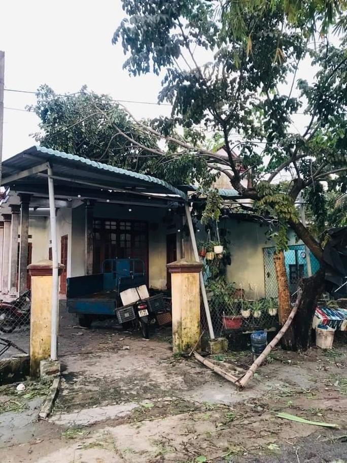 Bão số 6 gây mưa lớn ở miền Trung, nhiều nhà dân bị tốc mái do lốc xoáy - Ảnh 5.