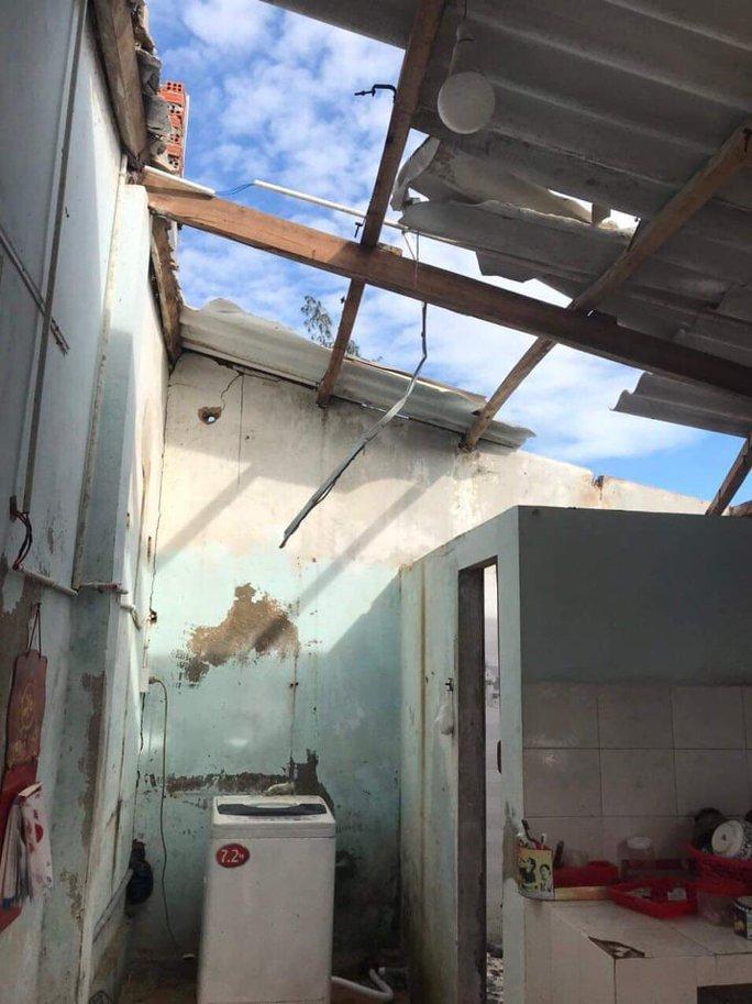 Bão số 6 gây mưa lớn ở miền Trung, nhiều nhà dân bị tốc mái do lốc xoáy - Ảnh 10.