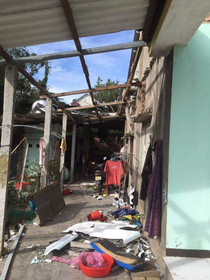 Bão số 6 gây mưa lớn ở miền Trung, nhiều nhà dân bị tốc mái do lốc xoáy - Ảnh 9.