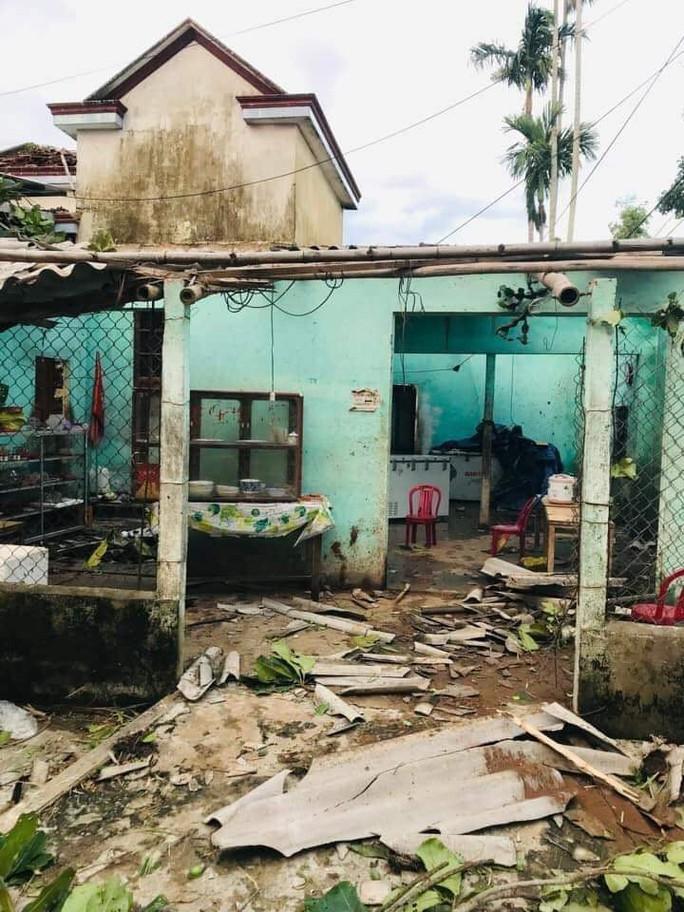 Bão số 6 gây mưa lớn ở miền Trung, nhiều nhà dân bị tốc mái do lốc xoáy - Ảnh 11.
