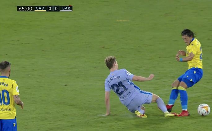 Hai thẻ đỏ bi kịch, Barcelona bên bờ vực thẳm La Liga - Ảnh 4.