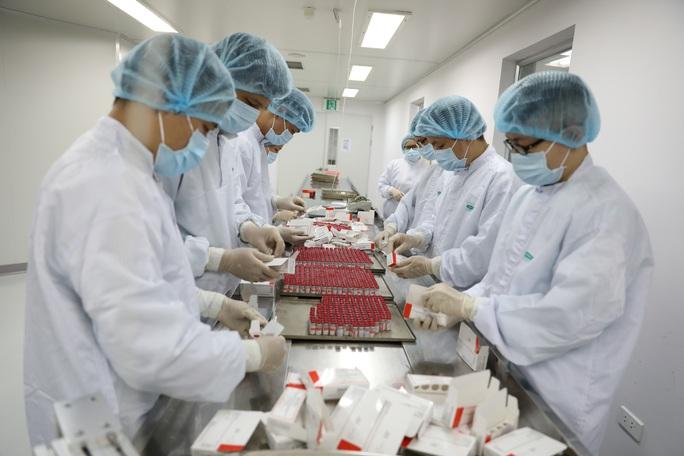 Việt Nam sản xuất thành công lô vắc-xin Sputnik V đầu tiên từ bán thành phẩm - Ảnh 1.