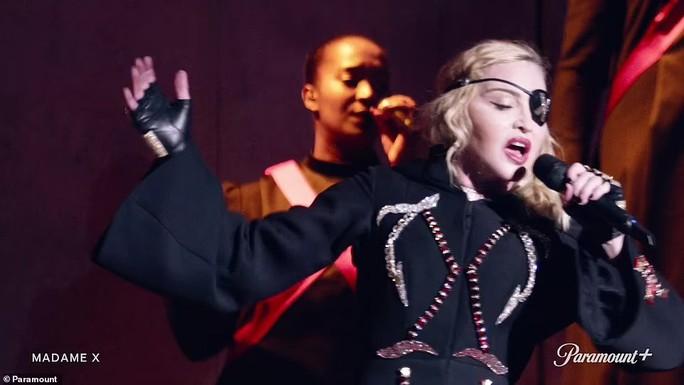 """Madonna hở hang sánh đôi """"phi công"""" kém 36 tuổi lên thảm đỏ - Ảnh 4."""