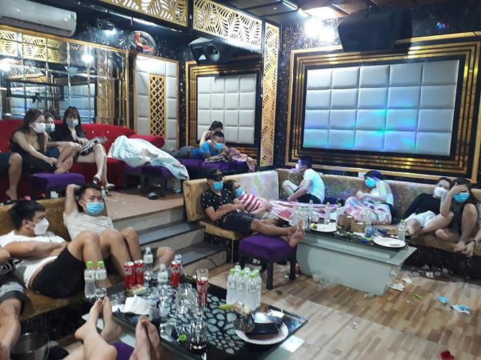 53 nam nữ tụ tập chơi ma túy trong quán karaoke ở Quảng Nam - Ảnh 1.