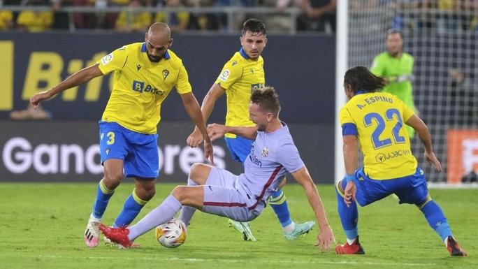 Hai thẻ đỏ bi kịch, Barcelona bên bờ vực thẳm La Liga - Ảnh 2.