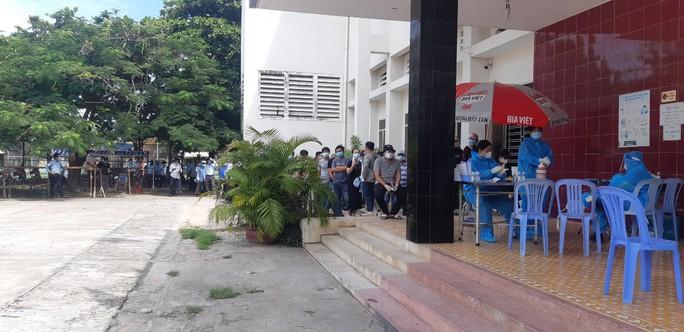 Bình Thuận tập trung tiêm vắc xin cho hàng ngàn công nhân - Ảnh 1.