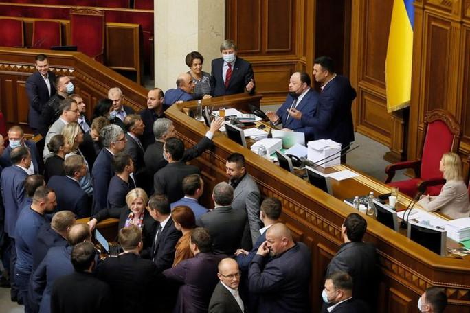 Ukraine ra luật mới trói chân giới tài phiệt - Ảnh 1.