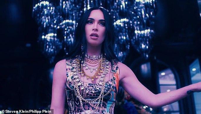 Megan Fox phô bày vẻ đẹp gợi cảm trong phim thời trang - Ảnh 9.