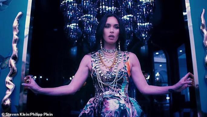 Megan Fox phô bày vẻ đẹp gợi cảm trong phim thời trang - Ảnh 7.