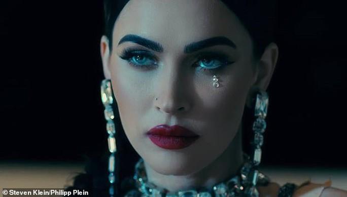Megan Fox phô bày vẻ đẹp gợi cảm trong phim thời trang - Ảnh 1.