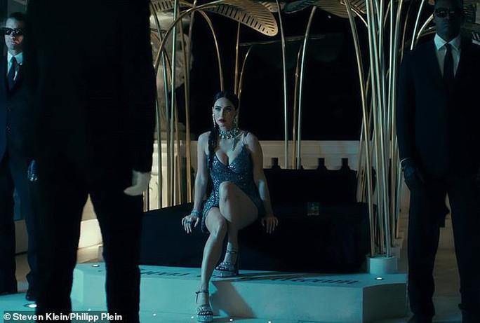 Megan Fox phô bày vẻ đẹp gợi cảm trong phim thời trang - Ảnh 2.