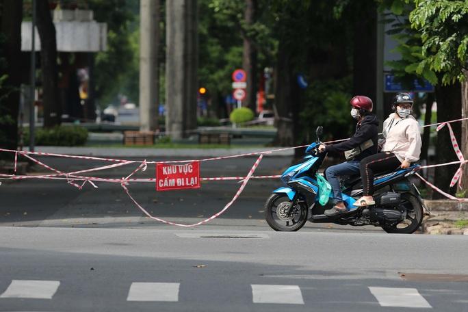 Người dân TP HCM mong chờ ngày tháo bớt các chốt chặn - Ảnh 4.