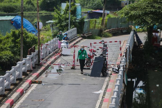Người dân TP HCM mong chờ ngày tháo bớt các chốt chặn - Ảnh 8.