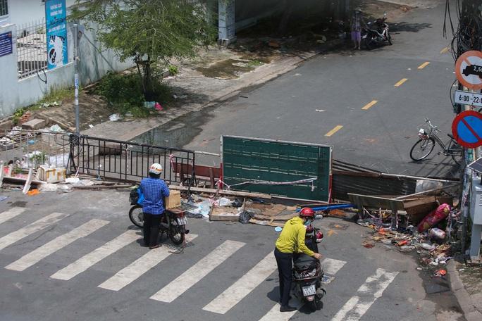 Người dân TP HCM mong chờ ngày tháo bớt các chốt chặn - Ảnh 6.