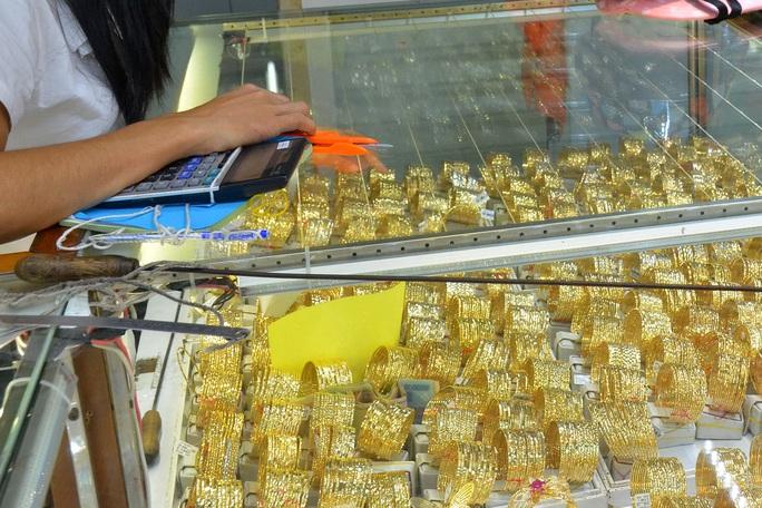 Giá vàng hôm nay 26-9: Vàng SJC lại cao hơn thế giới mức kỷ lục - Ảnh 1.