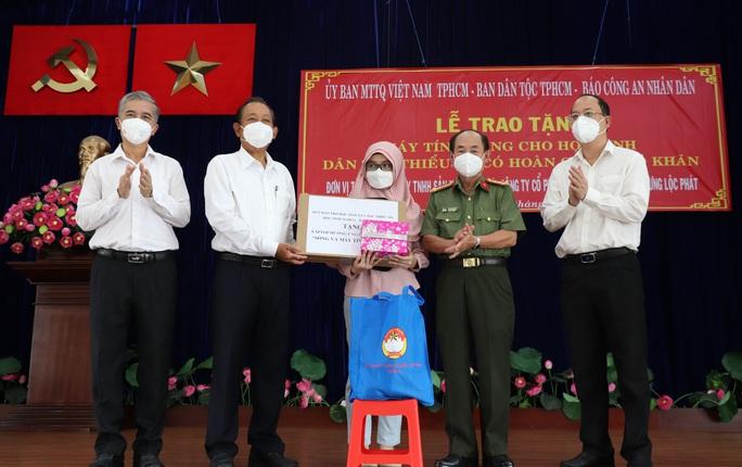 Nguyên Phó Thủ tướng Thường trực Trương Hòa Bình tặng máy tính cho học sinh khó khăn - Ảnh 1.