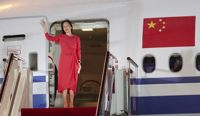 Đằng sau tấm thảm đỏ trải từ cửa máy bay của công chúa Huawei - Ảnh 1.