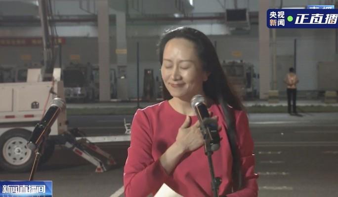 Đằng sau tấm thảm đỏ trải từ cửa máy bay của công chúa Huawei - Ảnh 3.