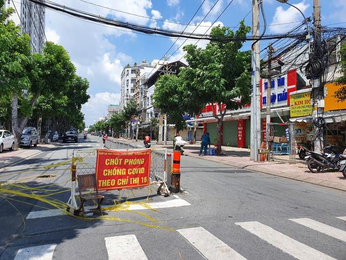 Nhiều tuyến đường và hẻm ở TP HCM vẫn cửa đóng then cài - Ảnh 9.