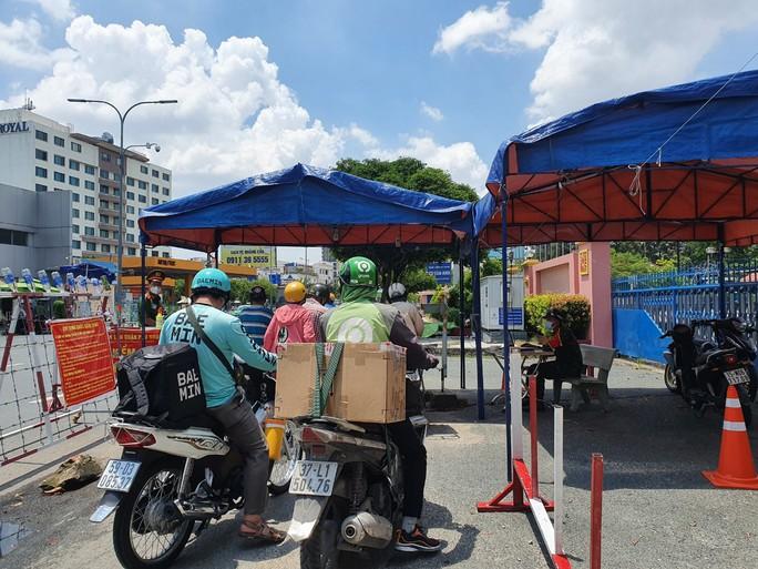 Nhiều tuyến đường và hẻm ở TP HCM vẫn cửa đóng then cài - Ảnh 18.