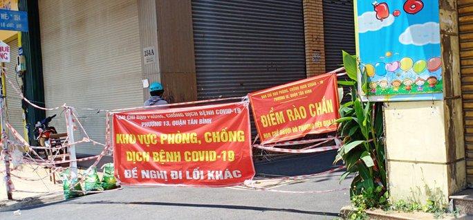 Nhiều tuyến đường và hẻm ở TP HCM vẫn cửa đóng then cài - Ảnh 13.