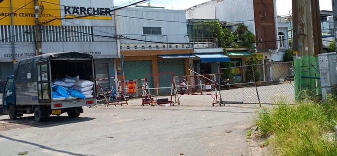 Nhiều tuyến đường và hẻm ở TP HCM vẫn cửa đóng then cài - Ảnh 8.
