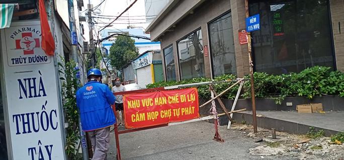 Nhiều tuyến đường và hẻm ở TP HCM vẫn cửa đóng then cài - Ảnh 4.