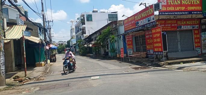 Nhiều tuyến đường và hẻm ở TP HCM vẫn cửa đóng then cài - Ảnh 1.
