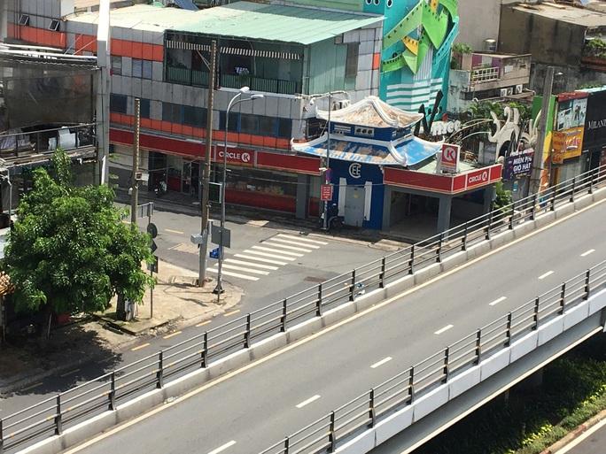 Nhiều tuyến đường và hẻm ở TP HCM vẫn cửa đóng then cài - Ảnh 12.