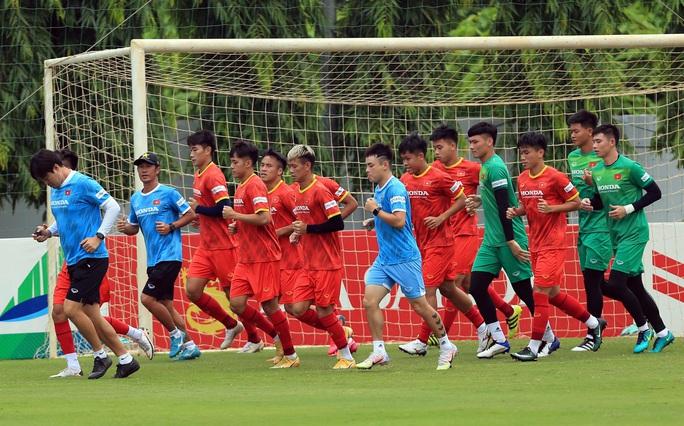 HLV Park Hang-seo thị sát các cầu thủ U22 Việt Nam trước ngày đi tập huấn tại UAE - Ảnh 4.