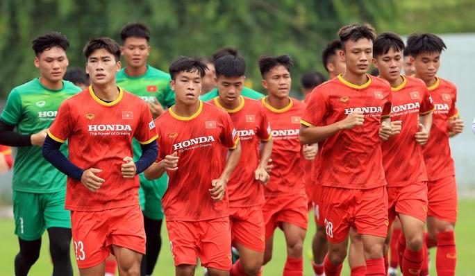 HLV Park Hang-seo thị sát các cầu thủ U22 Việt Nam trước ngày đi tập huấn tại UAE - Ảnh 5.