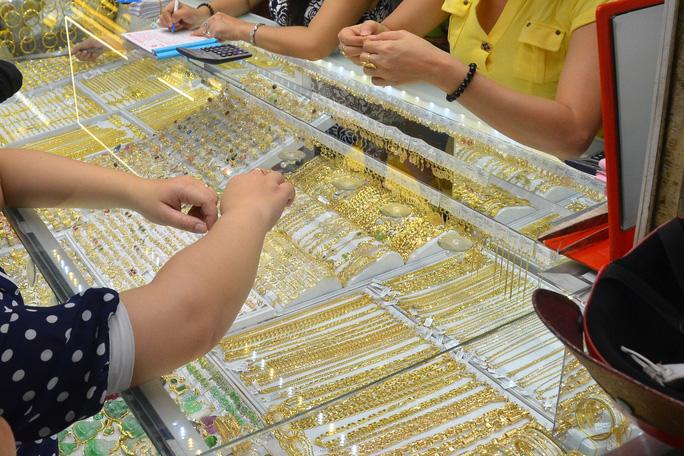 Giá vàng hôm nay 27-9: Vàng thế giới nhảy vọt, vẫn thua xa vàng SJC - Ảnh 1.
