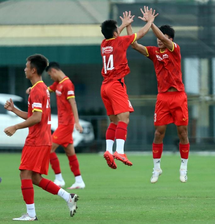 HLV Park Hang-seo thị sát các cầu thủ U22 Việt Nam trước ngày đi tập huấn tại UAE - Ảnh 9.