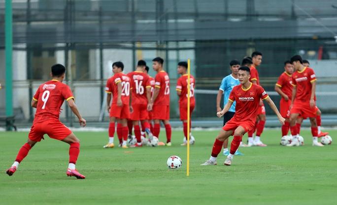 HLV Park Hang-seo thị sát các cầu thủ U22 Việt Nam trước ngày đi tập huấn tại UAE - Ảnh 8.