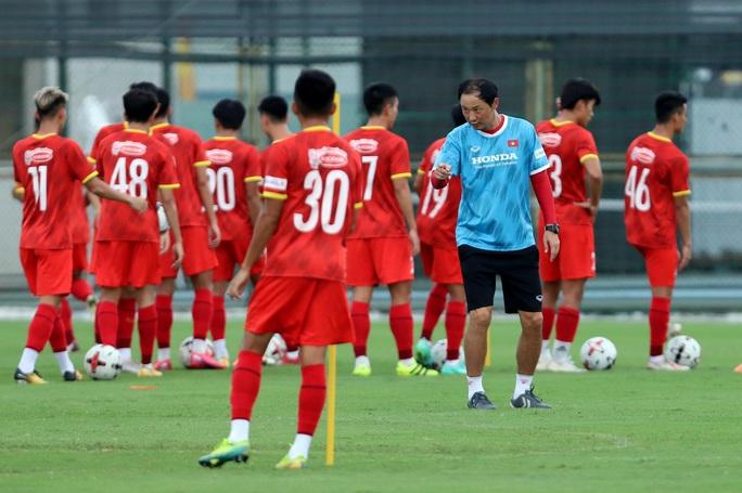 HLV Park Hang-seo thị sát các cầu thủ U22 Việt Nam trước ngày đi tập huấn tại UAE - Ảnh 7.