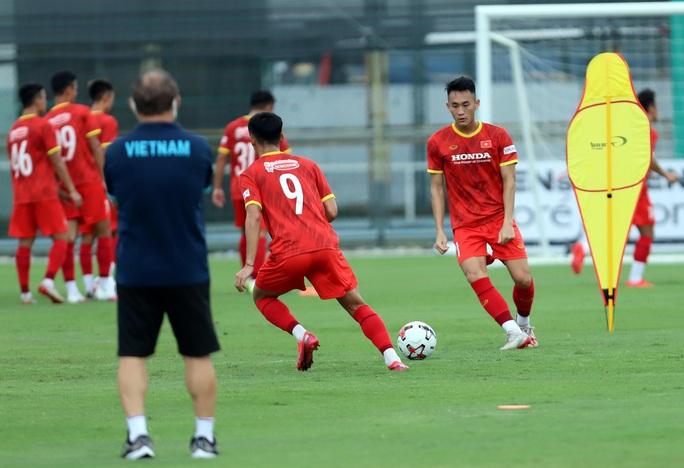 HLV Park Hang-seo thị sát các cầu thủ U22 Việt Nam trước ngày đi tập huấn tại UAE - Ảnh 6.