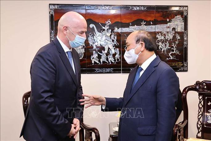 Chủ tịch nước Nguyễn Xuân Phúc tiếp Chủ tịch FIFA - Ảnh 1.
