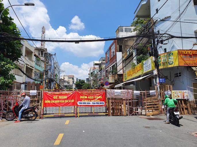 Nhiều tuyến đường và hẻm ở TP HCM vẫn cửa đóng then cài - Ảnh 15.