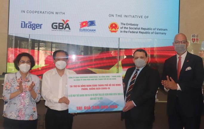 TP HCM tiếp nhận trang thiết bị y tế chống dịch trị giá 350.000 USD - Ảnh 1.