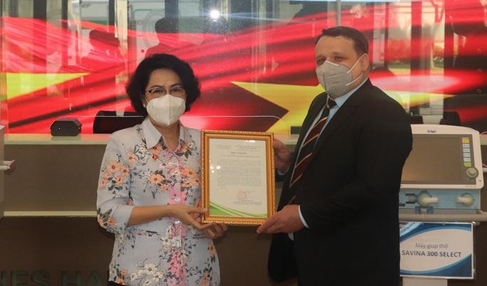 TP HCM tiếp nhận trang thiết bị y tế chống dịch trị giá 350.000 USD - Ảnh 2.