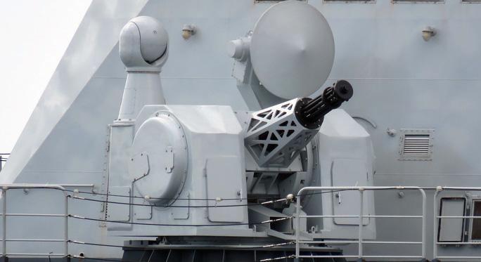 Trung Quốc ra mắt khẩu pháo 11 nòng khổng lồ - Ảnh 1.
