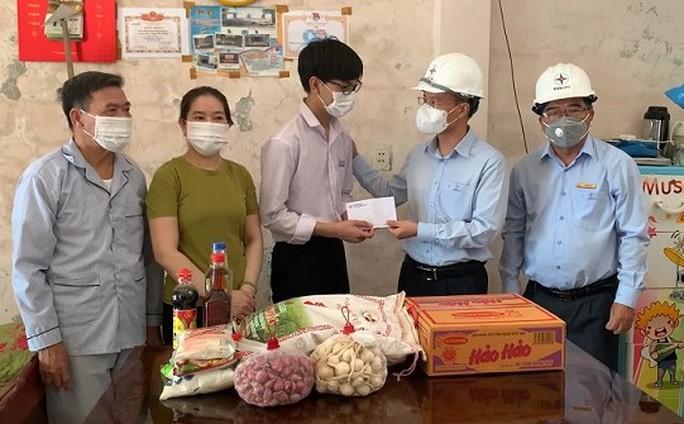 PC Quảng Ngãi: Nhận bảo trợ 3 học sinh có hoàn cảnh khó khăn, học giỏi - Ảnh 1.