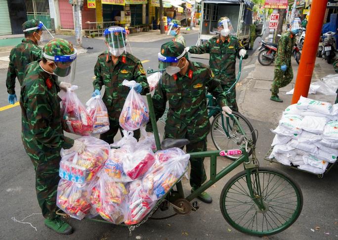 Phóng sự ảnh: Người dân TP HCM bất ngờ thấy bộ đội dùng xe đạp thồ lương thực trên phố - Ảnh 4.